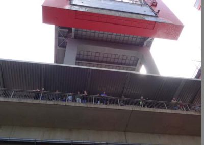 Zuschauertribüne und oben hinter dem roten Rahmen steht das Wasser....