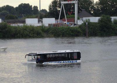 ... Schwimmender Bus....