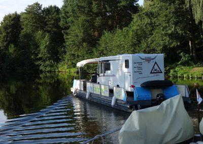 Auch Wohnmobile begegnen einem auf dem Wasser