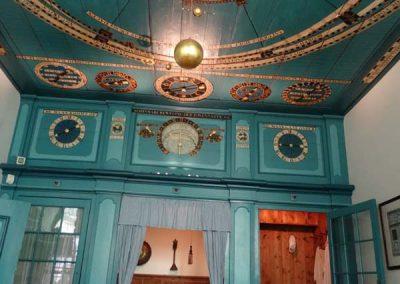 das von Eisinga gebaute Planetarium in der Wohnstube...