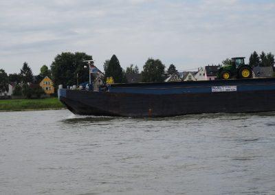 ein Traktor auf dem Rhein